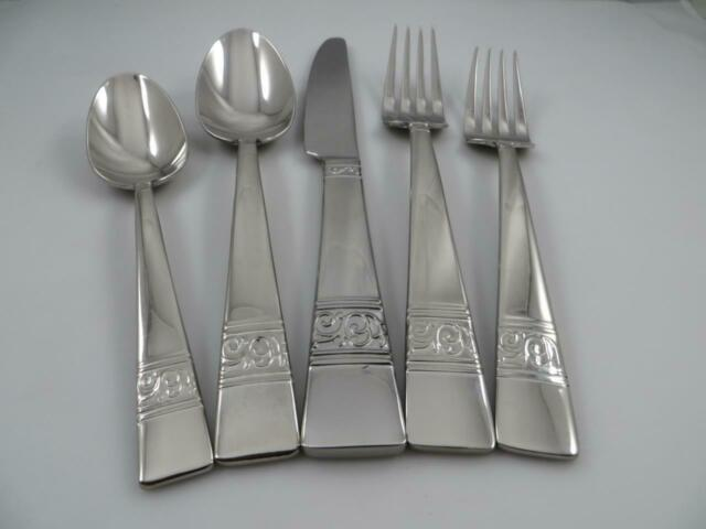 4 Dinner Knives SATIN LOFT Mikasa 18//10 Stainless Steel Flatware