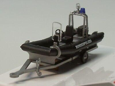 1//87 Busch Bundespolizei-Boot mit Motor und Aufbau auf Trailer
