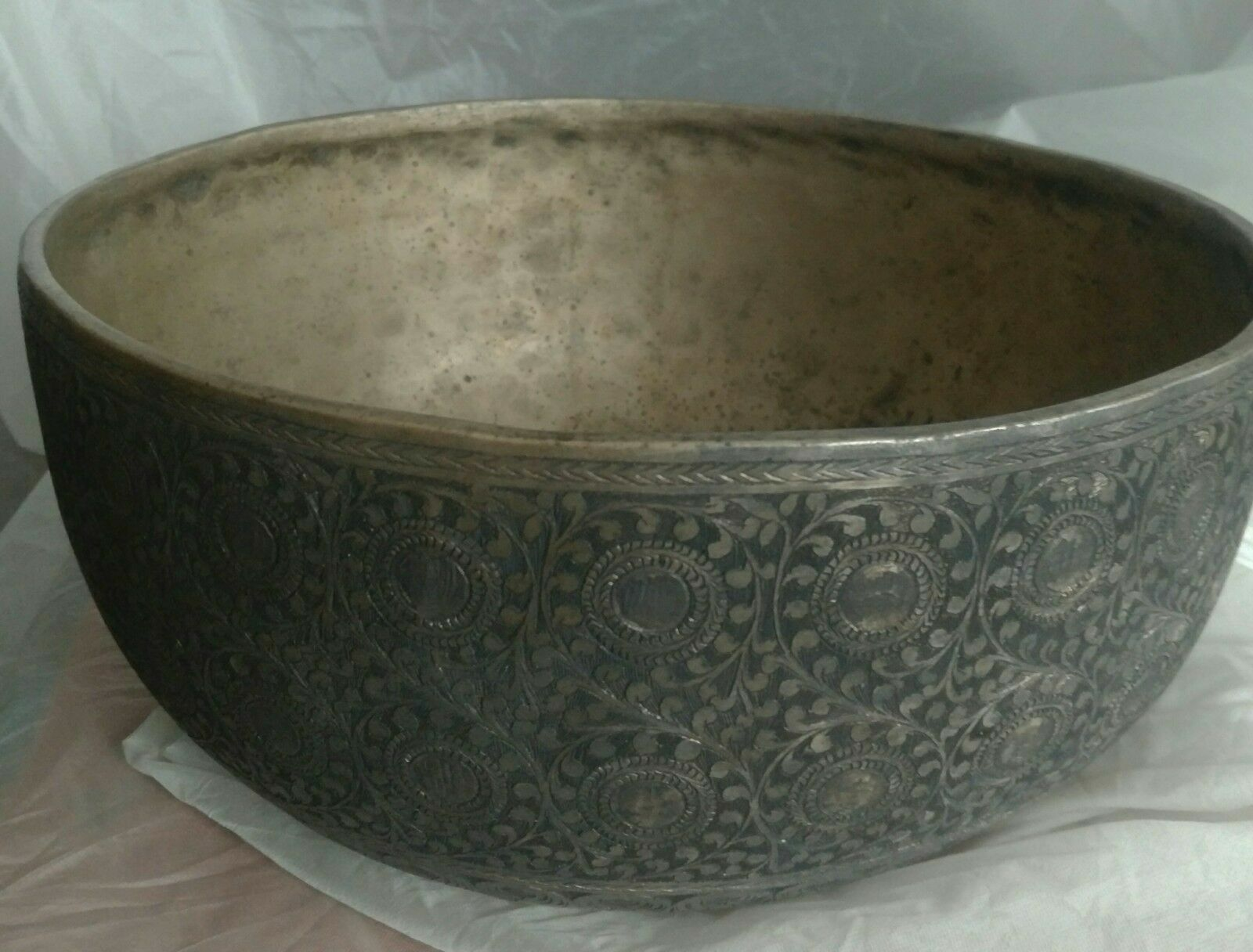 Antik Klangschale (Real Antique Singing Bowl Beautifully Hand Carved)