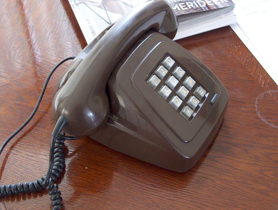bordtelefon med trykknapper, brun