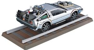 Modello-Kit-Montaggio-DELOREAN-Rotaie-da-RITORNO-AL-FUTURO-3-SCALA-1-24-Aoshima