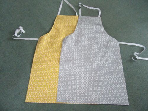 GREY /& YELLOW HEAVY DUTY  PVC GEOMETRICAL FLOWER DESIGN APRONS IN 3 SIZES