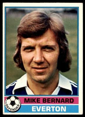 TOPPS-FOOTBALL -#136- EVERTON MIKE PEJIC RED BACK 1977