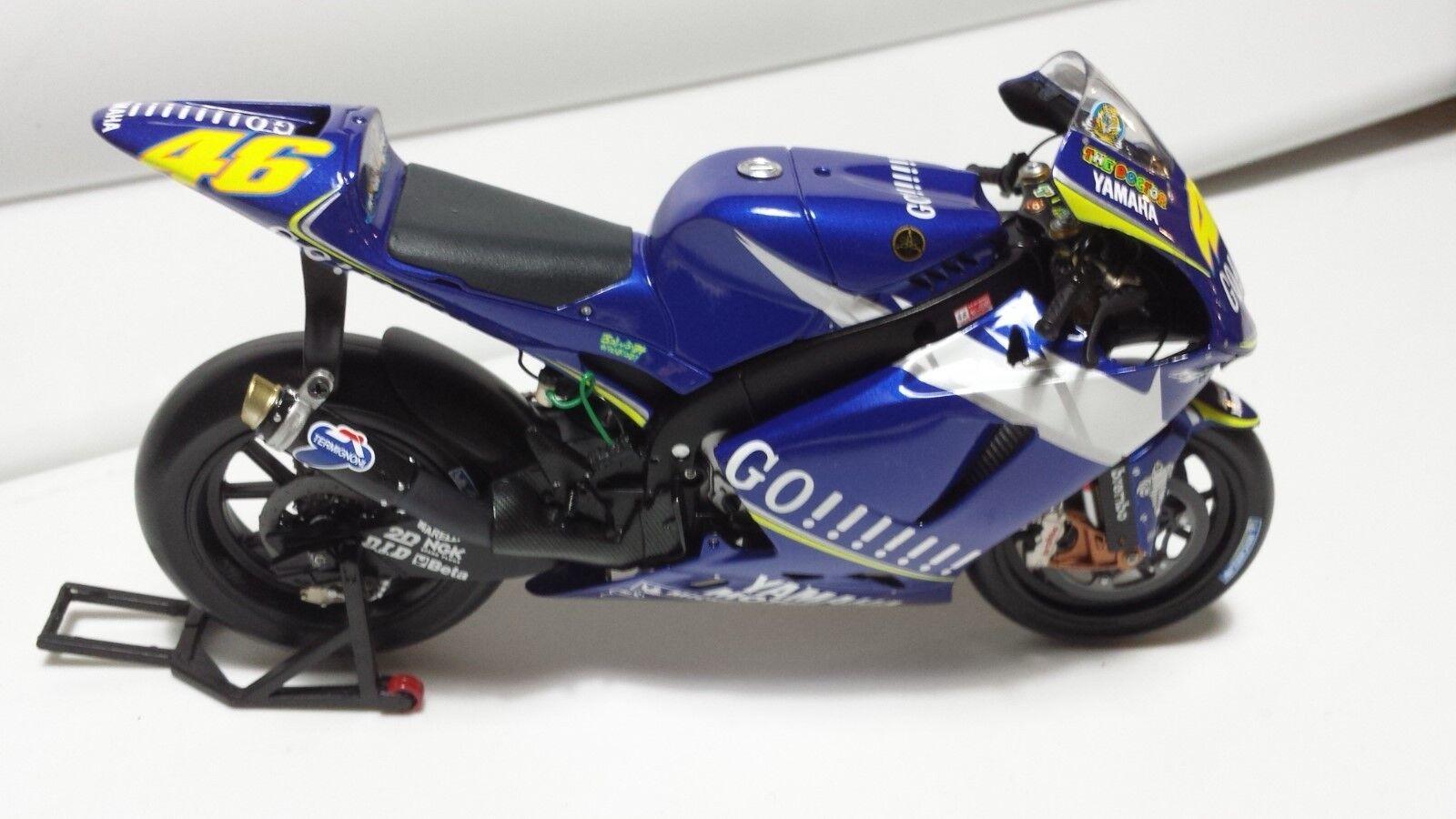 Valentino Rossi. Yamaha YZR-M1. MotoGP 2005.  Minichamps 1 12.