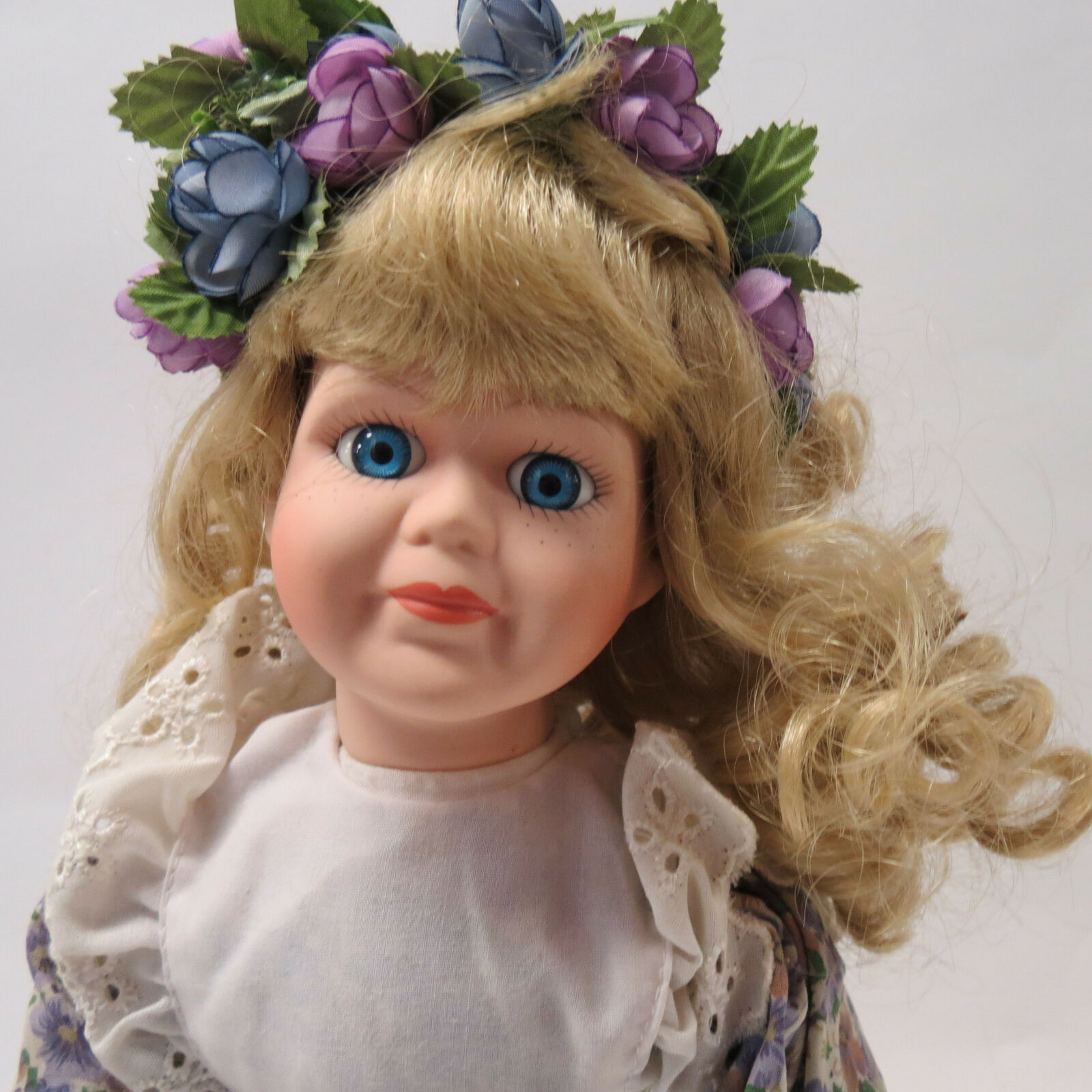 VTG Bisque Porcelain Doll Heritage Mint Collection bianca viola Floral Dress