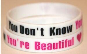 """One Direction 1d """"tu Es Belle"""" Blanc Bracelet Bracelet * Jour Même Poste-afficher Le Titre D'origine RéTréCissable"""