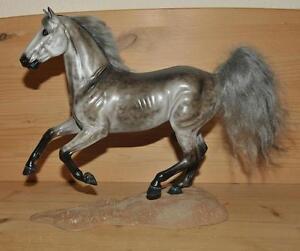 Modellpferd-Breyer-Jumper-Cust-Apfelschimmel-Warmblut-Schimmel-Pferd-Modell