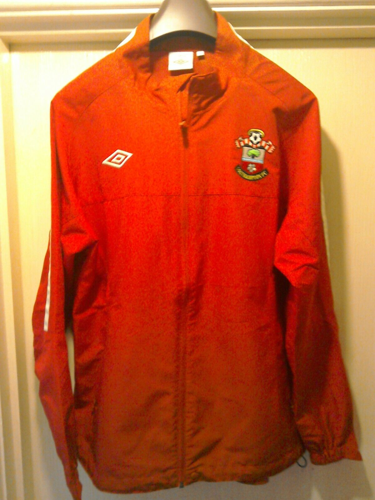 Southampton fc TailoROT by Umbro lightweight Waterproof full zip top. Large