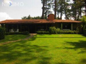 Renta de Casa Amueblada en Avándaro, Valle de Bravo, Disponible para OCTUBRE