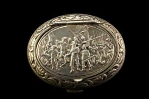 OLD-DUTCH-SILVER-800-FIGURAL-REPOUSSE-HISTORICAL-SOLDIERS-SCENE-SNUFF-BOX-A404
