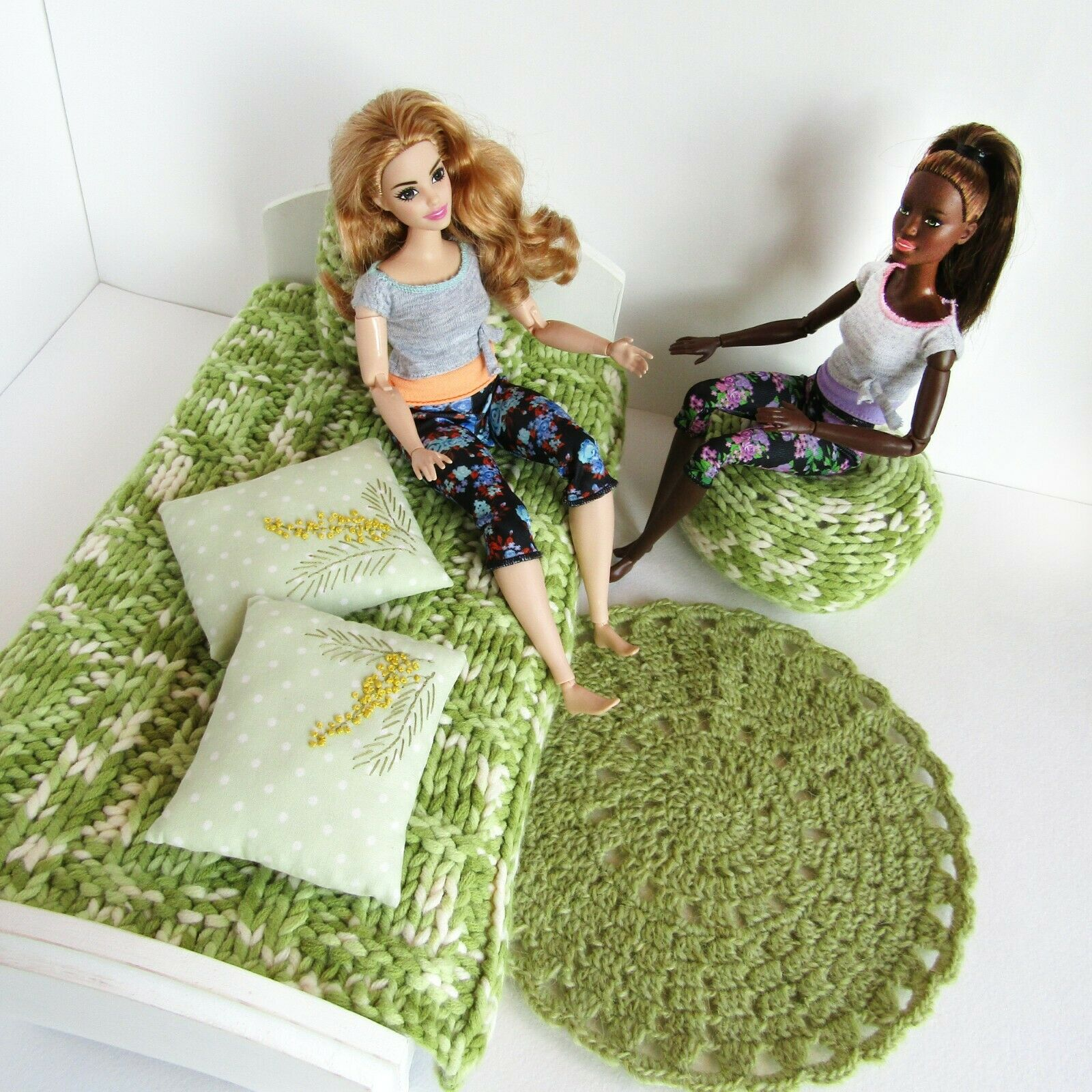 1// 6 scale doll size bedroom set for barbie dolls gold //silver velvet