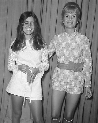 ZY-651 DEBBIE REYNOLDS /& DAUGHTER CARRIE FISHER IN 1972-8X10 PUBLICITY PHOTO