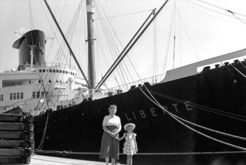 Tirage  photo ancienne an 1950 Portrait de famille devant Paquebot Liberté