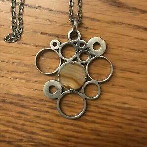 Collier-travaille-en-metal-avec-pierres-motifs-ronds-Religieux