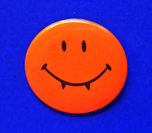 Hallmark-BUTTON-PIN-Halloween-Vintage-VAMPIRE-SMILEY-FACE-Holiday-Pinback-Mini