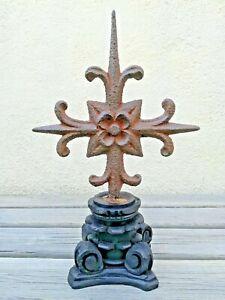 Croix-tres-ancienne-a-la-fleur-de-lys-en-fer-forge-sur-socle-en-bois-sculpte