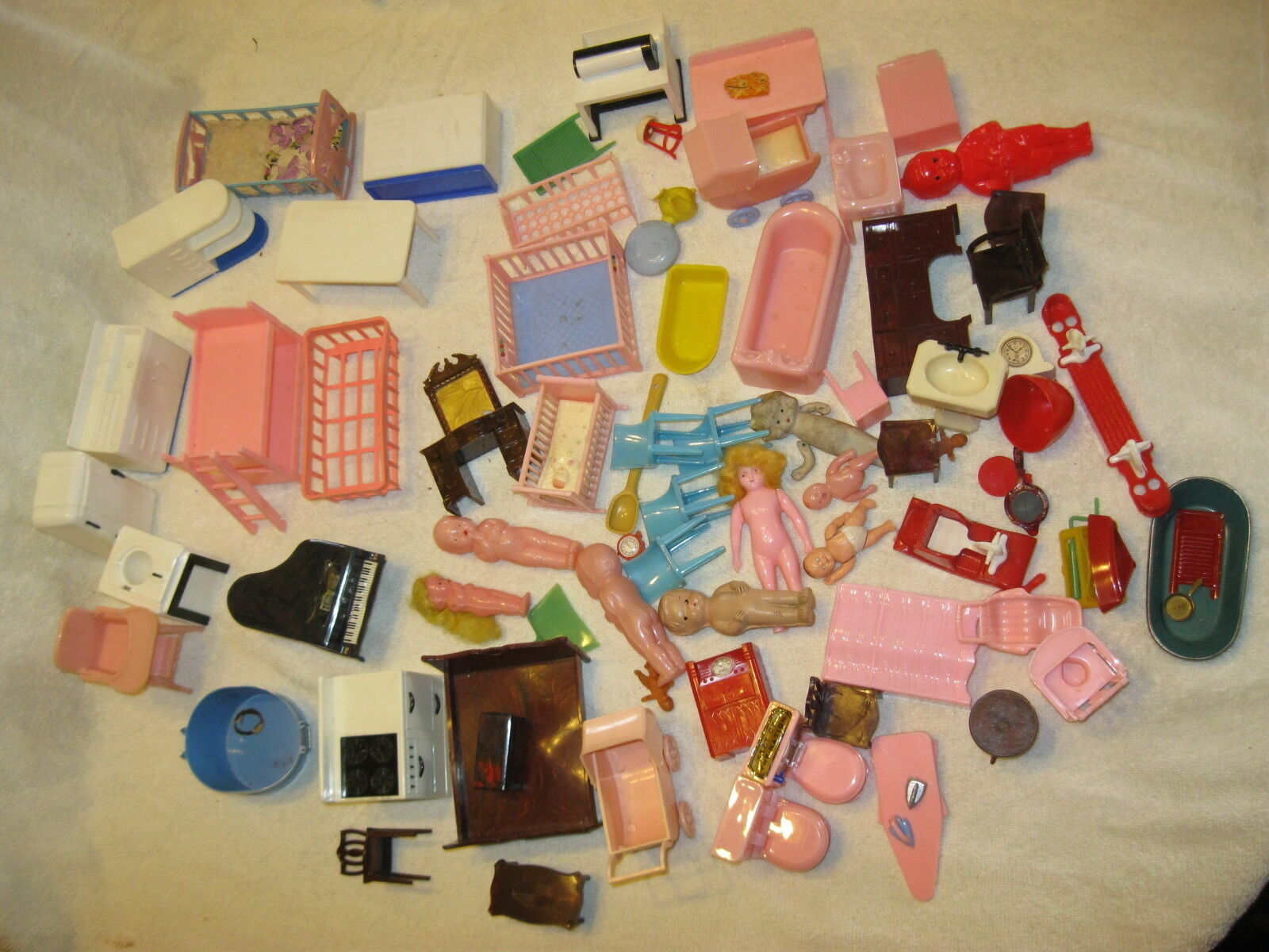 LARGE LOT VINTAGE DOLLHOUSE FURNITURE TUB,TOILETS,CHAIRS,STROLLERS,BEDS,DOLLS