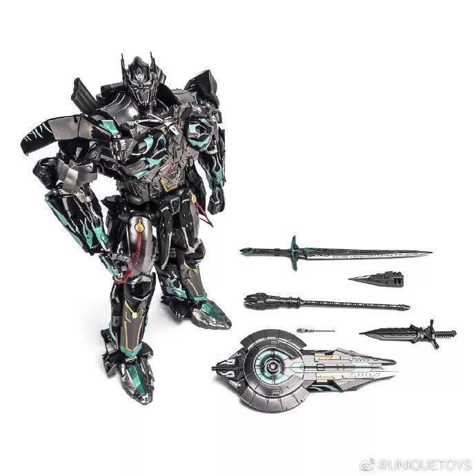 Dans la main Transformers Unique Toys R-02B  Challenger Noir Optiums Premier  voici la dernière