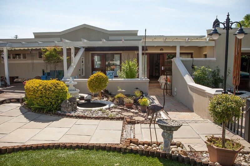 Self Catering 2-Bedroom Cottage set in a beautiful garden on the border of Constantia and Plumstead
