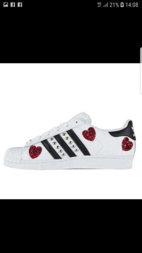scarpe adidas superstar con  cuori in glitter rossi e borchie