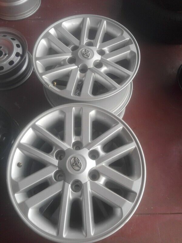 Toyota Hilux and fortuner original alloy mags size 17 still in good condition