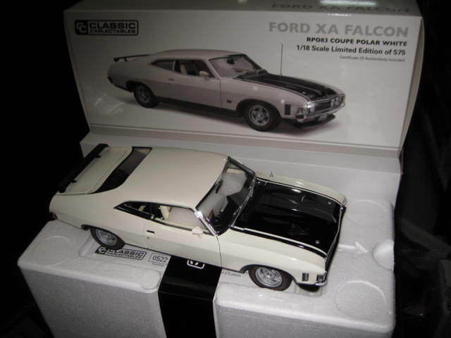 1.18 CLASSIC CARLECTABLES FORD FALCON XA GT RP083 COUPE POLAR WHITE