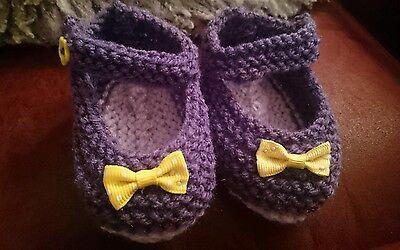 Hand Knitted púrpura Y Amarillo Arco Bebé Zapatos 0-3, 3-6 o recién nacido