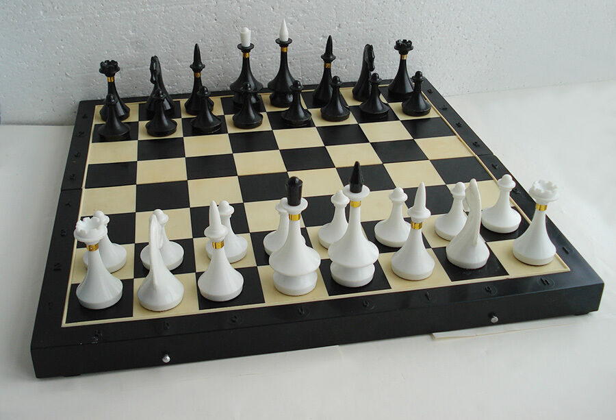 VINTAGE USSR RUSSIAN PLASTIC CHESS SET IN ORIGINAL BOX 40 x 40 cm