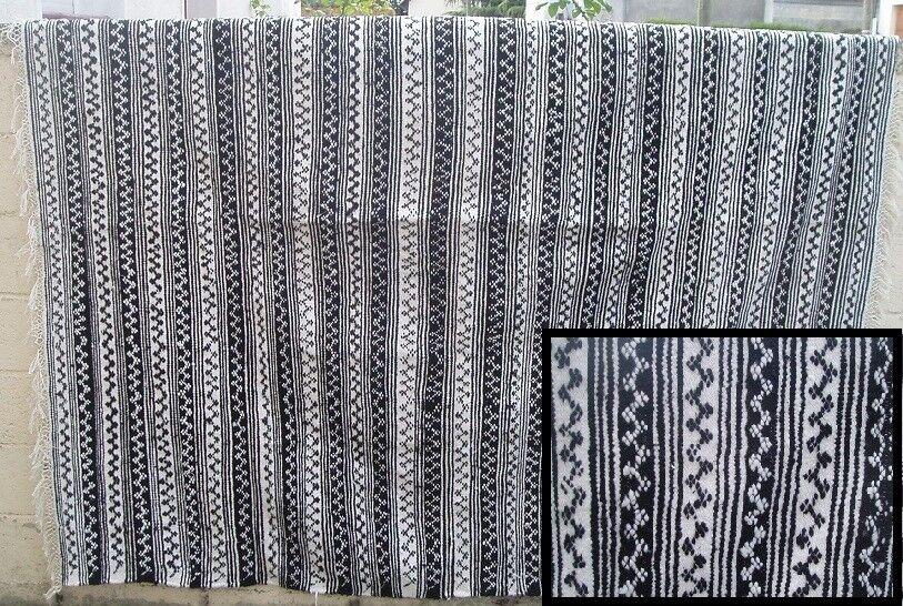 Superbe tapis avec décoration géométrique    2.20 x 2,10 (10b)