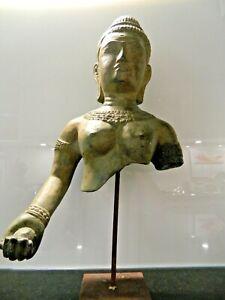 Bronze-Statuette-einer-Khmer-Koenigin-Kambodscha-ca-13-15-Jhr-gesockelt