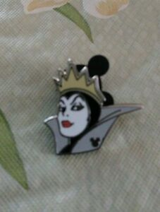 Evil-Queen-Disney-Pin-WDW-2019-Hidden-Mickey-Series-Villain-Faces