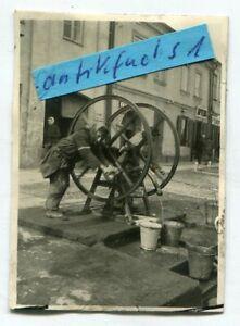 Foto : jüdischer Mann am Wasserpumpen-Schwungrad bei Lemberg ??? im 2.WK