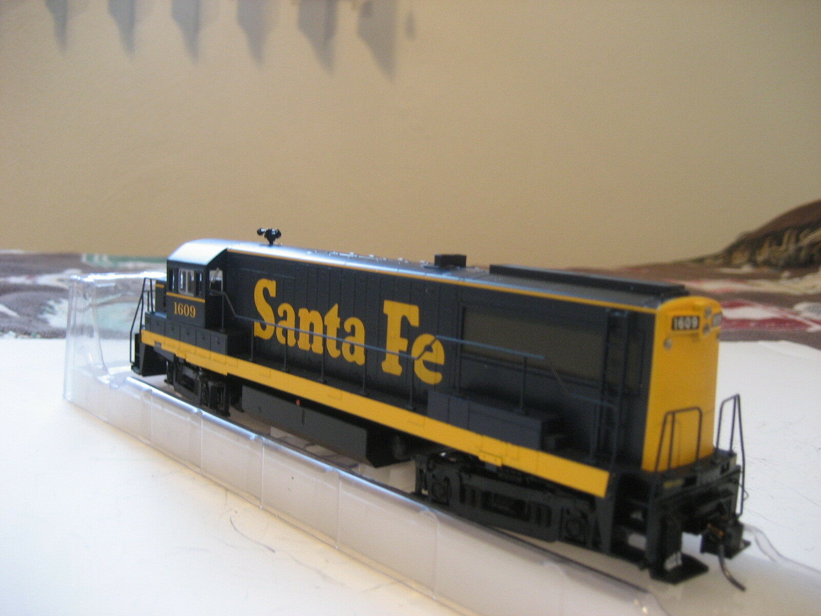 NIB Bowser HO Santa Fe U25B DCC with sound  1609