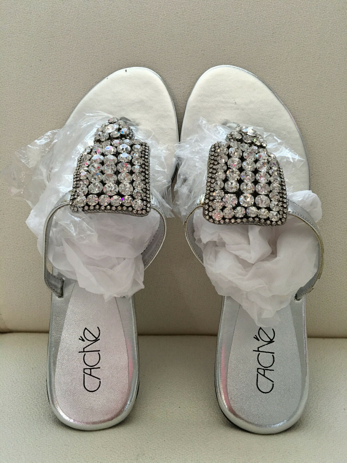 Cache Rhinestone Sliver Sandals Taille 8   7.5M Embellished Flat chaussures New In Box