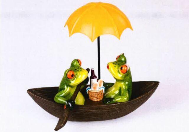717030 Frosch im Boot mit Schirm 19x16cm aus Kunststein gefertigt und handbemalt