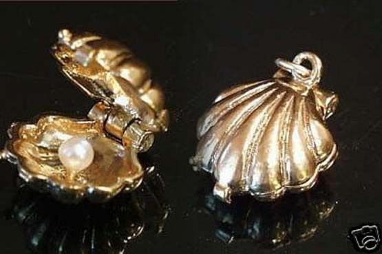 14k gold vintage CLAM SHELL WITH PEARL charm
