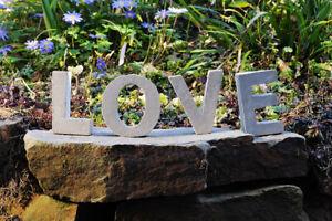 Love-Schriftzug-aus-Beton