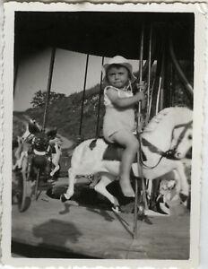 PHOTO-ANCIENNE-VINTAGE-SNAPSHOT-ENFANT-FETE-FORAINE-MANEGE-CHEVAL-HORSE