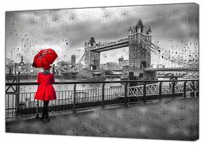 Tower Bridge Londres une fille sous la pluie Rouge Parapluie Imprimé sur encadrée Toile  </span>