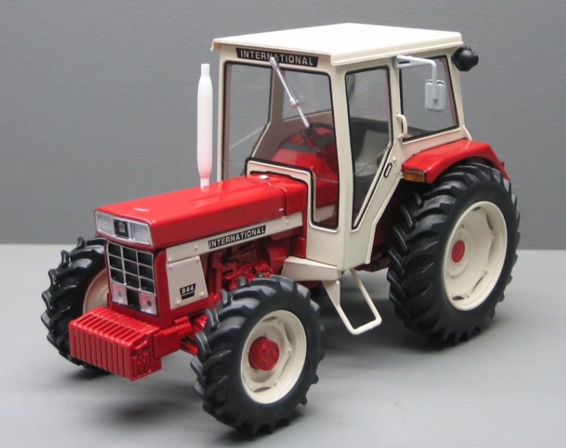 REPLICAGRI 1 32 SCALE INTERNATIONAL 844 (Weiß CAB) 4WD MODEL TRACTOR