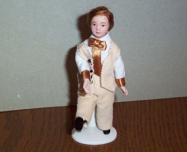 """Puppenstubenpuppe """"eleganterr Junge im hellen Anzug""""  Miniatur 1:12"""