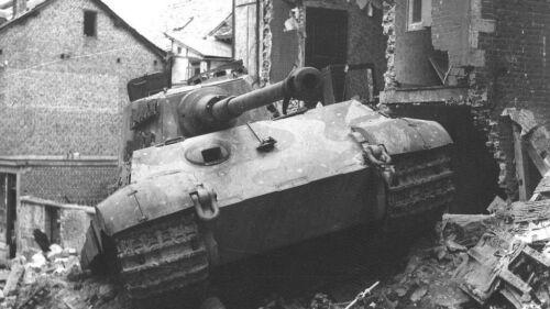 VI  WW2 WWII B/&W Photo Knocked Out German Tiger II Pzkpfw 4077