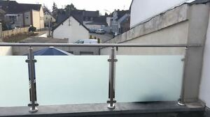 Balkongelaender-Edelstahl-VSG-Glas-Balkon-Gelaender