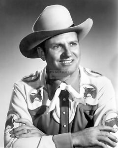 GENE AUTRY ACTOR AND SINGING COWBOY - 8X10 PUBLICITY PHOTO (CC876)