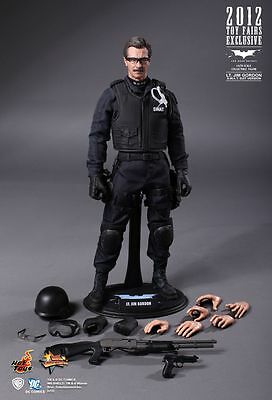 BATMAN THE DARK KNIGHT RISES : 1/6 SCALE LT. JIM GORDON HOT TOYS ACTION FIGURE