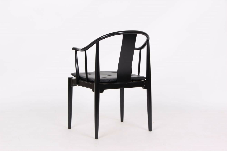 Kinastol. Sortlakeret stol.