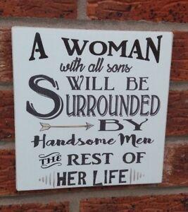 Une-femme-avec-sons-beaux-hommes-dans-sa-vie-en-Bois-Plaque-Signe