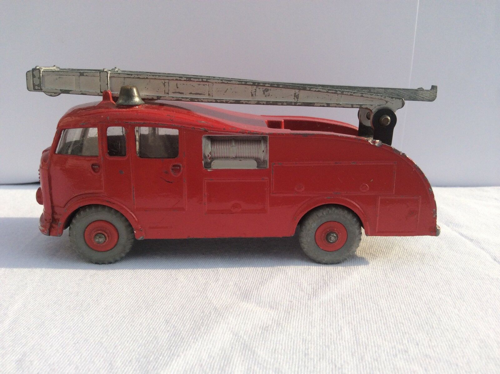 Dinky Toys 955 commer fire engine with rouge plastic hubs difficult to find