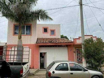 Casa con local comercial en venta en El Salto