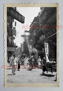 MAN-PRAY-CENTRAL-STREET-SCENE-WAN-CHAI-FLOWER-Vintage-HONG-KONG-Photo-23121